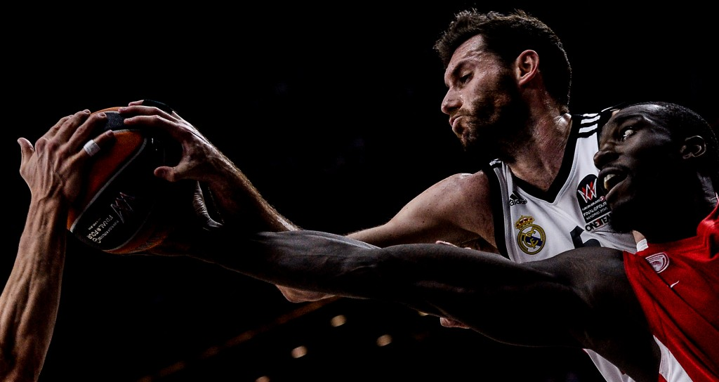 Real's Rudy Fernandez and Olympiacos's Othello Hunter, right, during the final match between Real Madrid Baloncesto Alexei Filippov Sportfoilio winner bronze D4